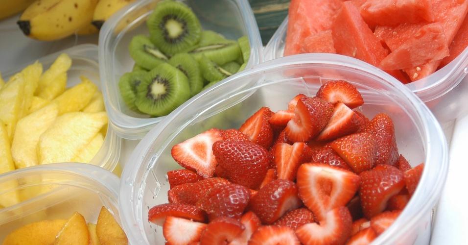 Frutas no tupperware, pedaços de frutas em plásticos
