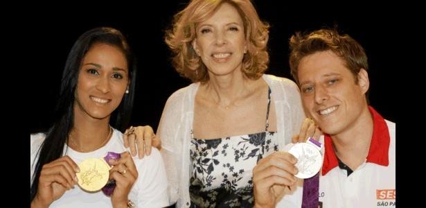 Jaqueline (e) e Murilo (d) posam com a apresentadora Marília Gabriela (11/09/2012)
