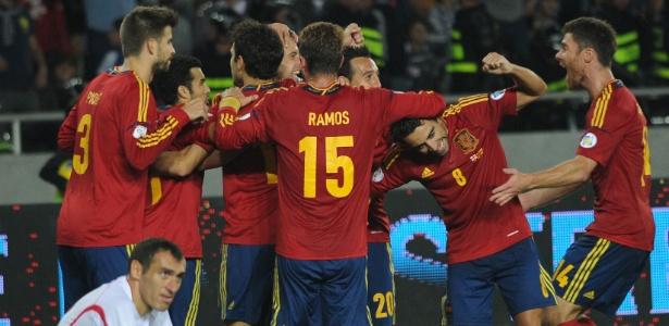 Jogadores da Espanha comemoram gol marcado por Soldado, aos 41 min do segundo tempo