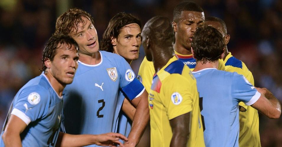 11.set.2012 - Jogadores de Equador e Uruguai discutem durante jogo válido pelas eliminatórias sul-americanas para a Copa-2014; partida terminou empatada por 1 a 1