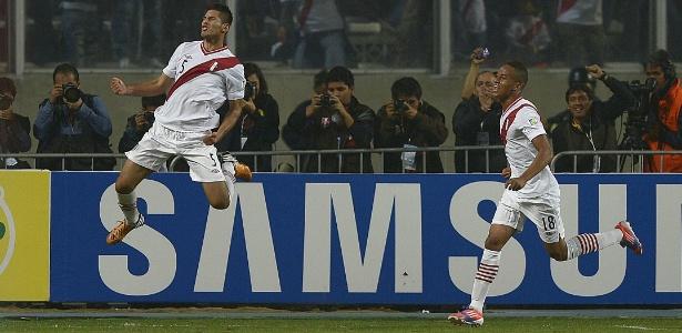 Carlos Zambrano (esquerda) é alvo do Grêmio e não foi chamado para Copa América