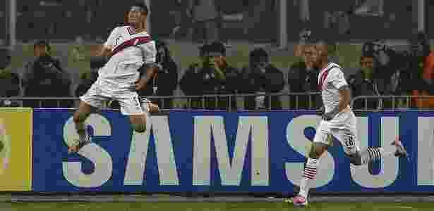 Carlos Zambrano (esquerda) é alvo do Grêmio e não foi chamado para Copa América - Juan Mabromata/AFP