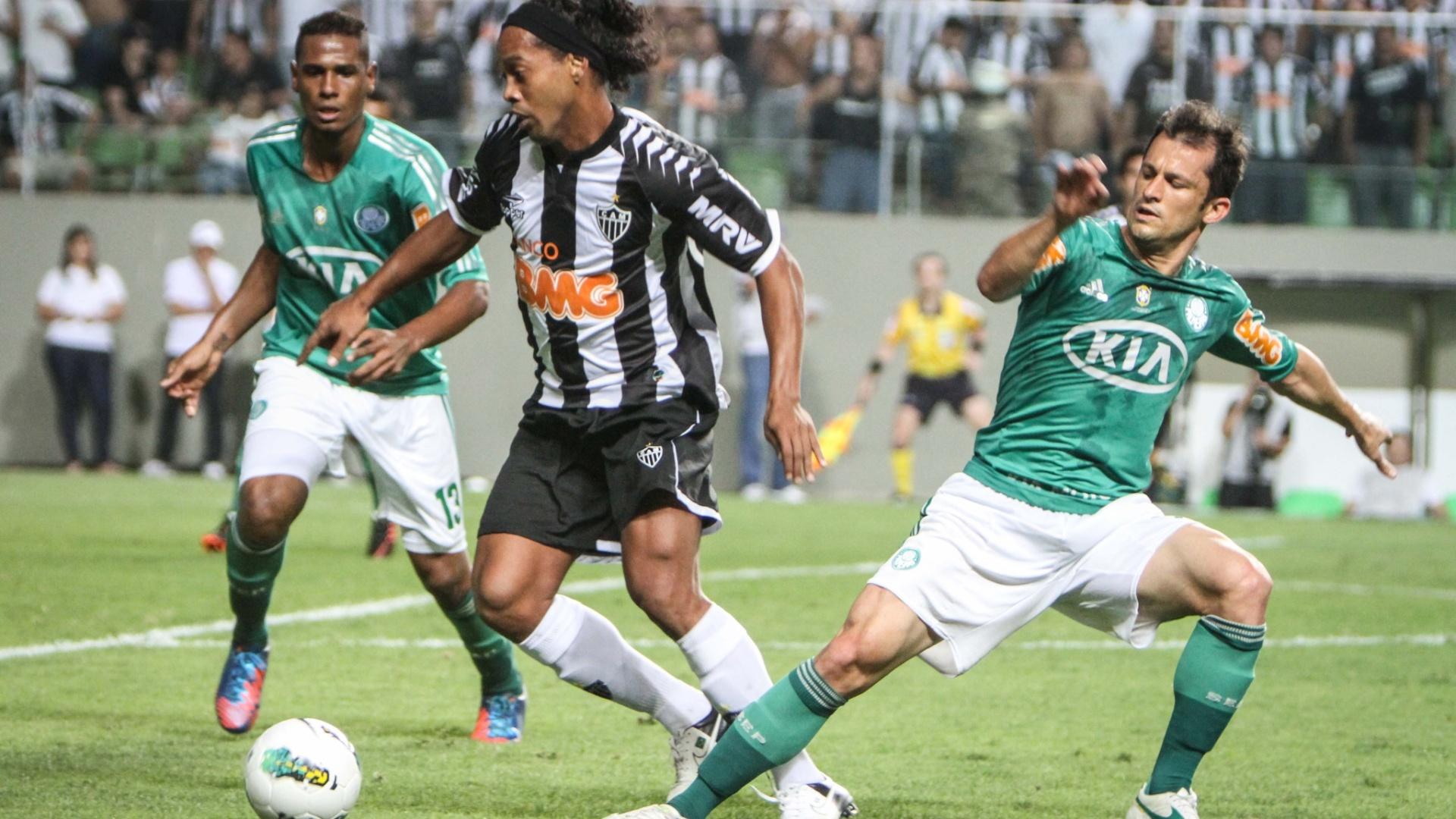 Leandro Amaro e Corrêa tentam marcar Ronaldinho Gaúcho