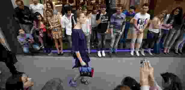 Modelo desfila no bairro dos Jardins durante abertura do Fashion