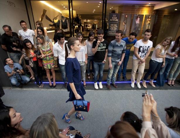 """Modelo desfila no bairro dos Jardins durante abertura do Fashion""""s Night Out em São Paulo (10/09/2012) - Sebastiao Moreira/EFE"""