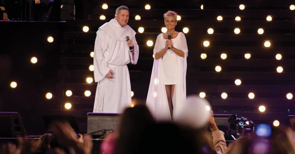 """Padre Marcelo e Xuxa fazem dueto em """"Ágape Amor Divino"""""""