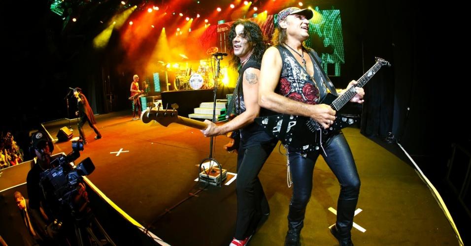 Pawel Maciwoda e Matthias Jabs do Scorpions se apresentam no show da banda em Belo Horizonte (11/9/12)