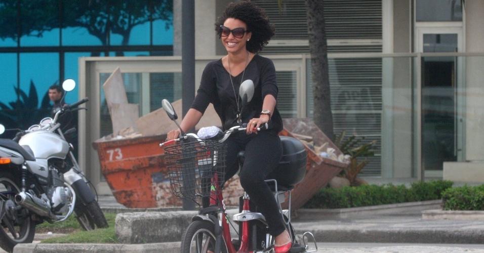 Sheron Menezes anda de bicicleta na orla do Leblon, no Rio de Janeiro (11/9/12)