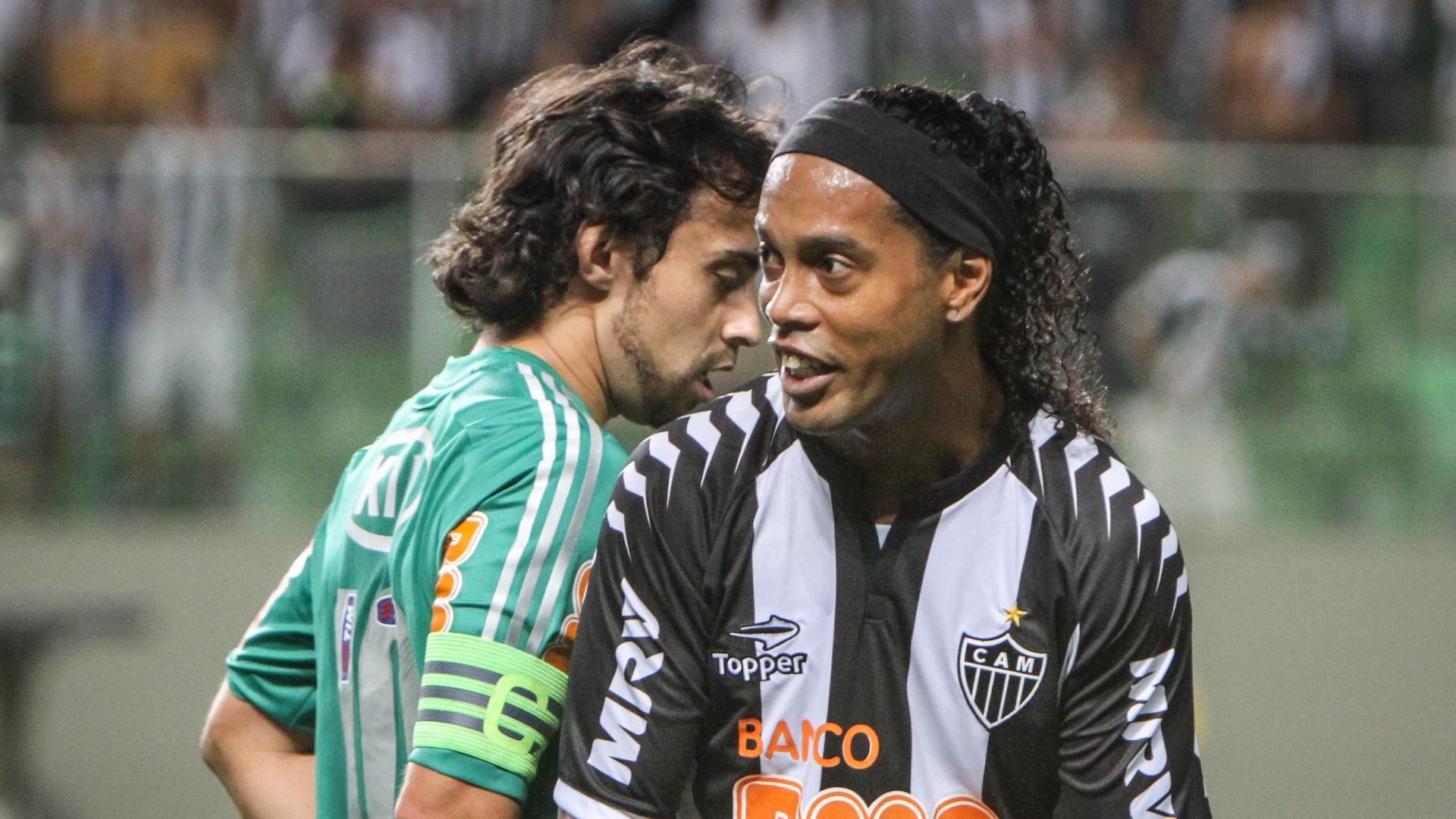 Valdivia e Ronaldinho Gaúcho se encontram em jogo entre Palmeiras e Atlético-MG