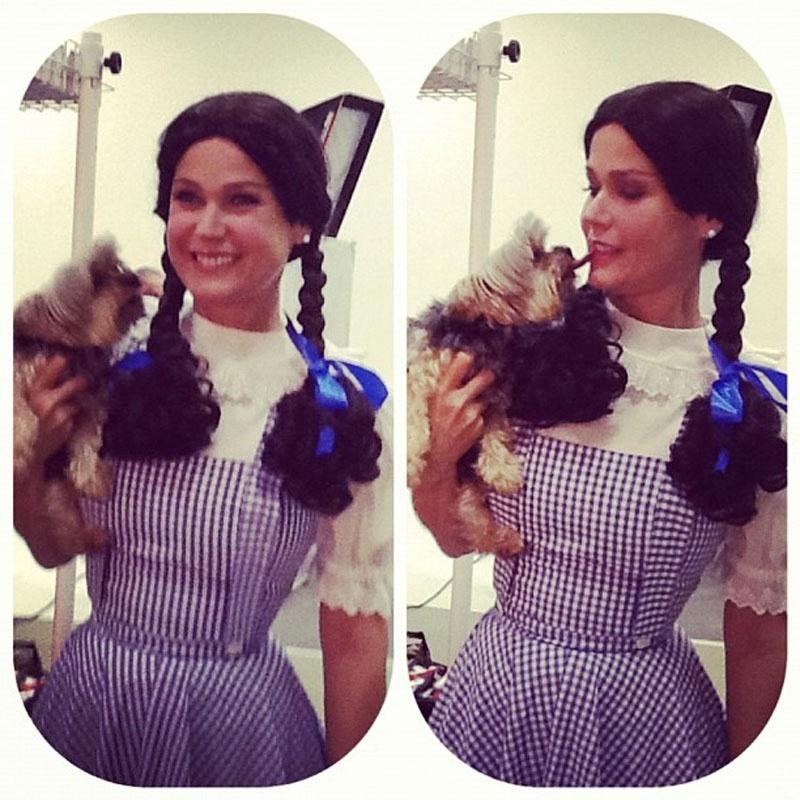"""Xuxa se fantasia de Dorothy de """"O Mágico de Oz"""" para fotografar para um calendário infantil (11/9/12)"""