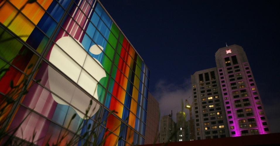 11.set.2012 - Vista noturna do logo da Apple na fachada do centro de convenções Yerba Buena Center no dia 11 de setembro. A companhia marcou um evento para o dia 12 de setembro para apresentar a nova linha de  produtos da marca