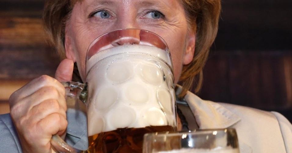 12.set.2012 - A chanceler alemã, Angela Merke, experimenta cerveja durante a abertura da tradicional Oktoberfest, em Berlim