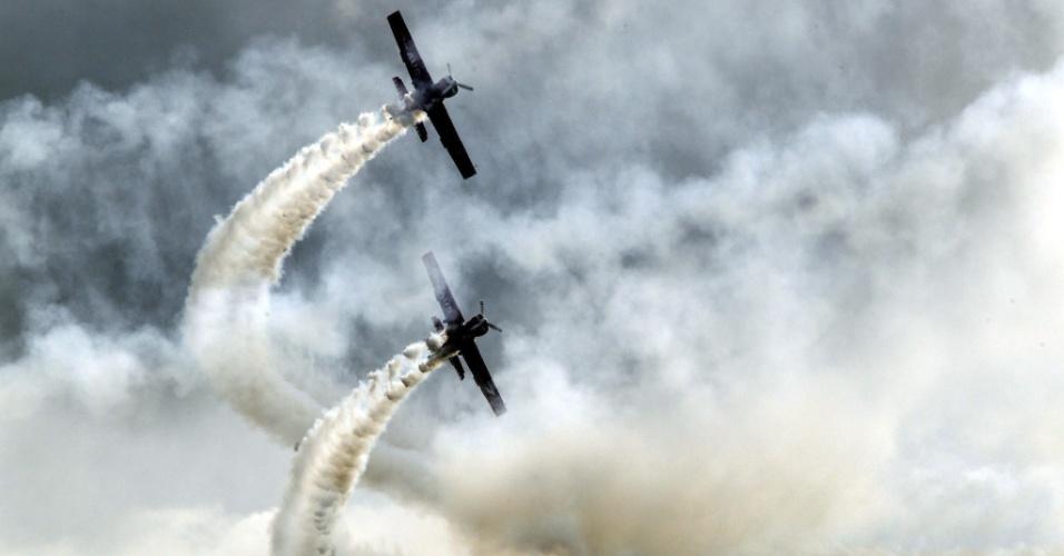 12.set.2012 - Aviões fazem acrobacias durante o Festival Aéreo de Berlim, nesta quarta-feira (12), na Alemanha. O festival vai até o dia 16 de setembro