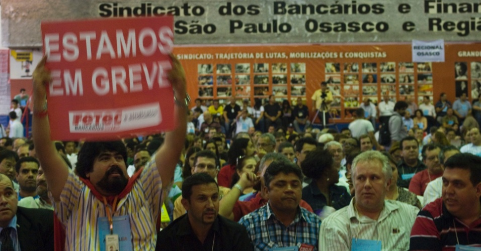 12.set.2012 - Bancários realizam assembleia, na noite desta quarta-feira, na sede do sindicato na região central de São Paulo. A Contraf (Confederação Nacional dos Trabalhadores do Ramo Financeiro), entidade filiada à CUT (Central Única dos Trabalhadores), anunciou que a categoria iniciará uma greve nacional a partir da próxima terça-feira (18)