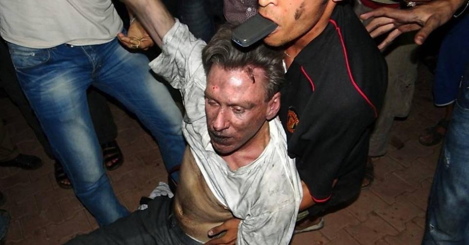12.set.2012 - Civis socorrem o embaixador norte-americano na Líbia, Christopher Stevens, que morreu em um ataque contra o prédio do consulado dos Estados Unidos em Benghazi, na Líbia