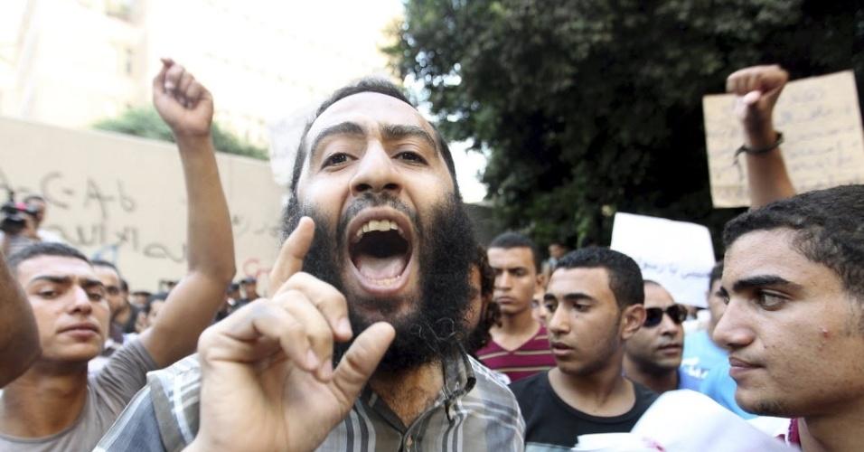 """12.set.2012 - Grupo protesta em frente à embaixada norte-americana no Cairo contra o filme """"O Julgamento de Maomé"""", considerado por eles  como anti-islâmico. O embaixador Christopher Stevens e os outros três funcionários morreram em um ataque contra o consulado dos EUA em Benghazi, na Líbia, durante outro protesto contra a produção cinematográfica"""