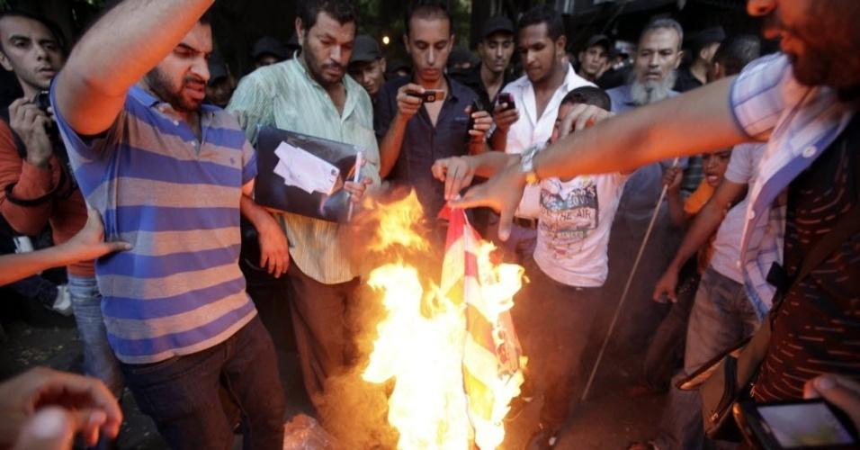 """12.set.2012 - Grupo queima bandeira dos Estados Unidos em frente à embaixada norte-americana no Cairo contra o filme """"O Julgamento de Maomé"""", considerado por eles  como anti-islâmico. O embaixador Christopher Stevens e os outros três funcionários morreram em um ataque contra o consulado dos EUA em Benghazi, na Líbia, durante outro protesto contra a produção cinematográfica"""