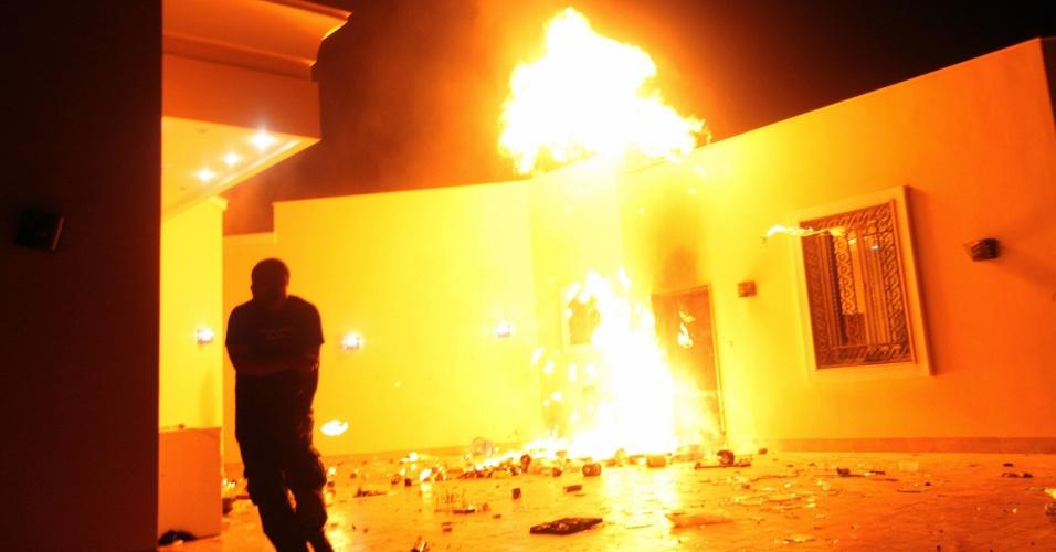 12.set.2012 - Imagem mostra o consulado dos Estados Unidos em Benghazi, na Líbia, em chamas na madrugada desta quarta-feira (12). O embaixador dos Estados Unidos na Líbia, J. Christopher Stevens, e três funcionários americanos morreram no ataque, anunciou o ministério líbio do Interior