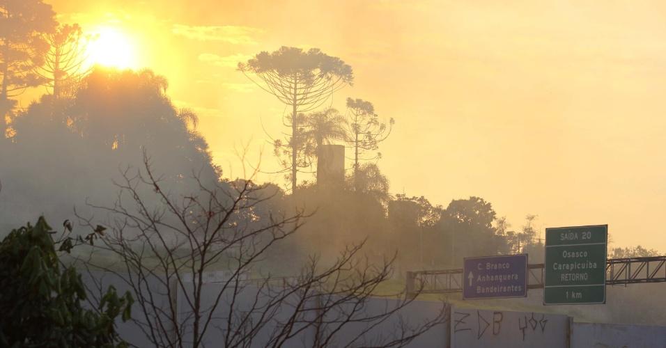 12.set.2012 - Incêndio atinge matagal próximo ao rodoanel em Carapicuíba (Grande São Paulo), nesta quarta-feira (12), sentido Osasco