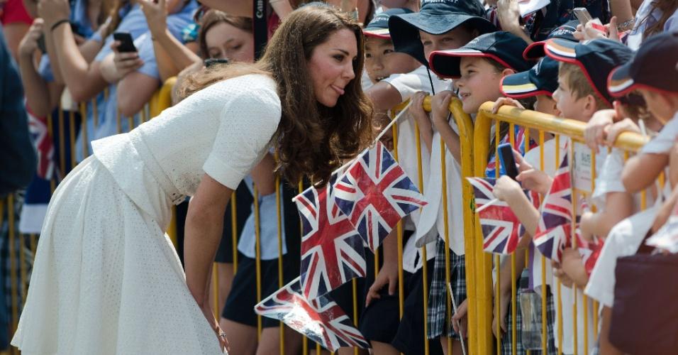 """12.set.2012 - Kate Middleton, a duquesa de Cambridge, cumprimenta jovens fãs durante visita a Cingapura nesta quarta-feira (12). Ela está no país com o marido, príncipe William, em razão de visita oficial de dez dias ao sudeste asiático. Em resposta a uma criança, eles disseram que gostariam de ser """"invisíveis"""""""