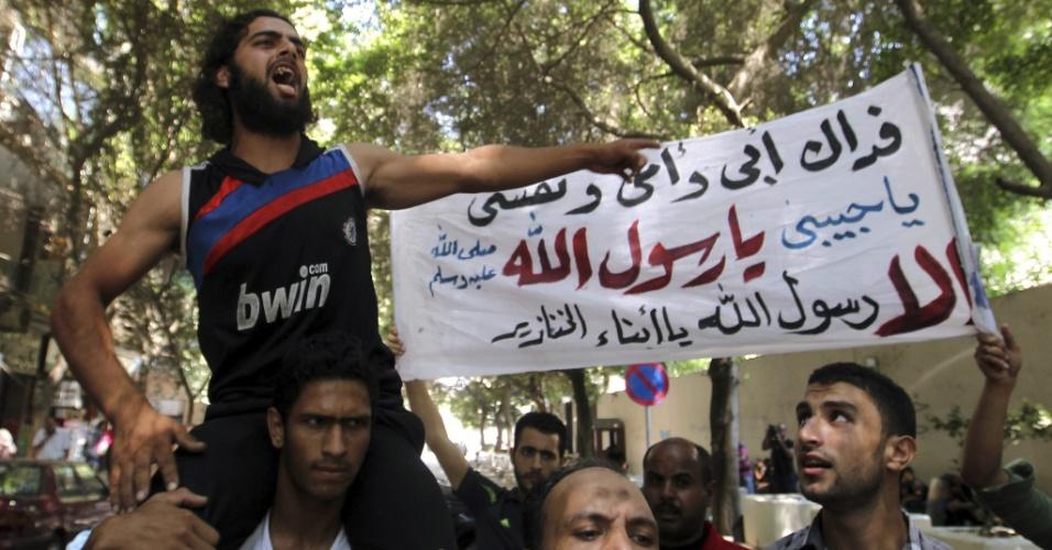 12.set.2012 - Manifestantes realizam protesto nesta quarta-feira (12), em frente à embaixada dos Estados Unidos no Cairo, Egito, que manterá fechada a sessão consular sobre os protestos de terça (11), quando vários manifestantes conseguiram escalar o muro do prédio e remover a bandeira do país do mastro
