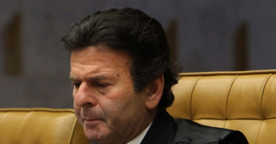 12.set.2012 - O ministro Luiz Fux acompanha o julgamento do mensalão no Supremo Tribunal Federal (STF), em Brasília. O ministro-revisor do processo do mensalão, Ricardo Lewandowski,  votou pela condenação de Kátia Rabello, ex-presidente do Banco Rural, e José Roberto Salgado, ex-vice-presidente operacional do banco
