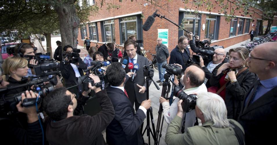 12.set.2012 - O primeiro-ministro holandês, Mark Rutte (centro), vota nesta quarta-feira (12), em colégio eleitoral de Haia, na Holanda. O país europeu vai eleger hoje seu Parlamento e os partidos tradicionais e pró-União Europeia aparecem como favoritos