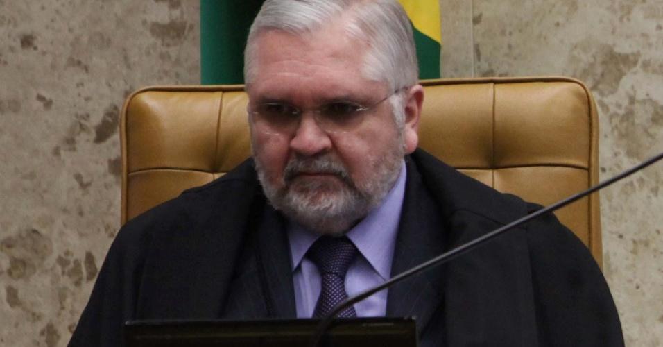 12.set.2012 - O procurador-geral da República, Roberto Gurgel, acompanha no Supremo Tribunal (STF) mais uma sessão do julgamento do mensalão, em Brasília