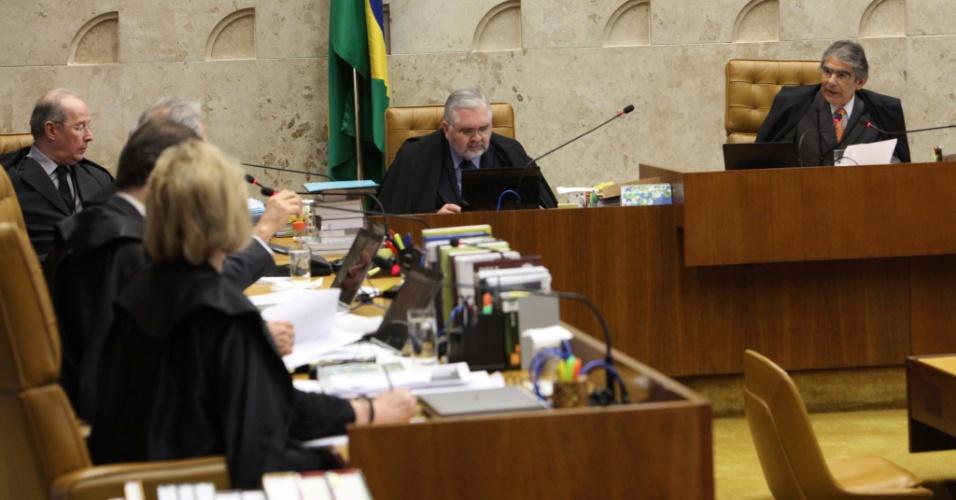 12.set.2012 - O procurador-geral da República, Roberto Gurgel, ao lado dos ministros do Supremo Tribunal (STF), em mais uma sessão do julgamento do mensalão