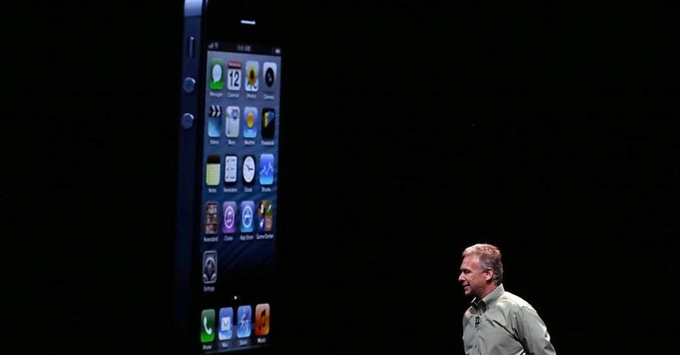 12.set.2012 - O vice-presidente sênior de marketing de produto da Apple, Phil Schiller, apresenta o iPhone 5 nesta quarta-feira (12) em São Francisco, nos Estados Unidos