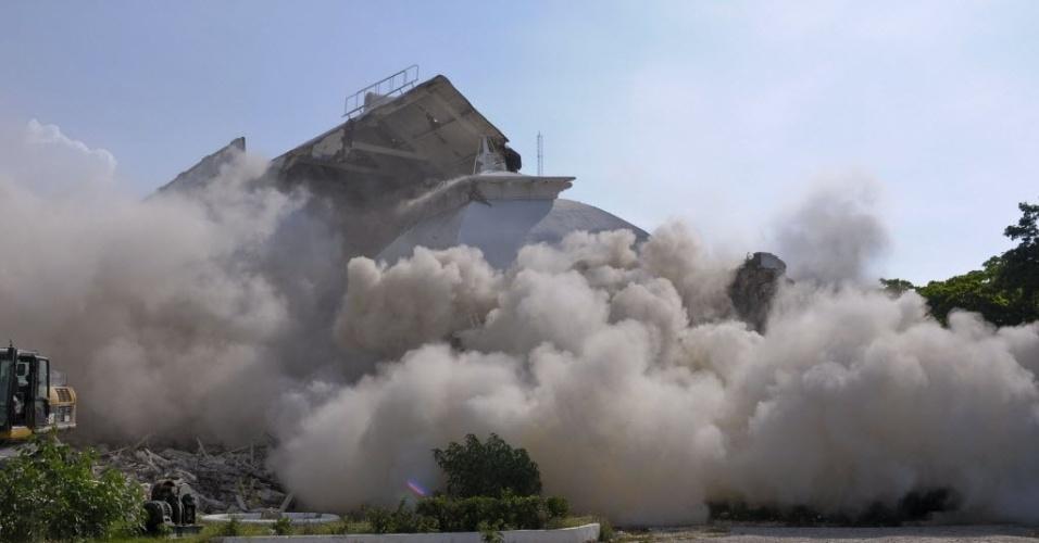 12.set.2012 - Palácio Presidencial do Haiti é demolido em Porto Príncipe, nesta quarta-feira. O local foi atingido pelo terremoto que devastou o país em 2010. O processo de demolição deve durar em torno de três meses