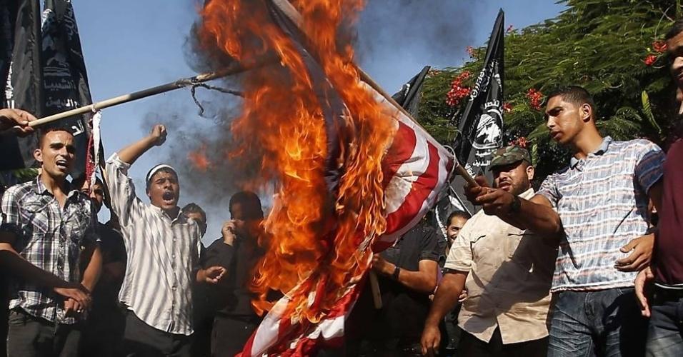 12.set.2012 - Palestinos queimam bandeira dos Estados Unidos nesta quarta-feira (12) em protesto contra filme considerado ofensivo ao profeta Maomé pelos muçulmanos