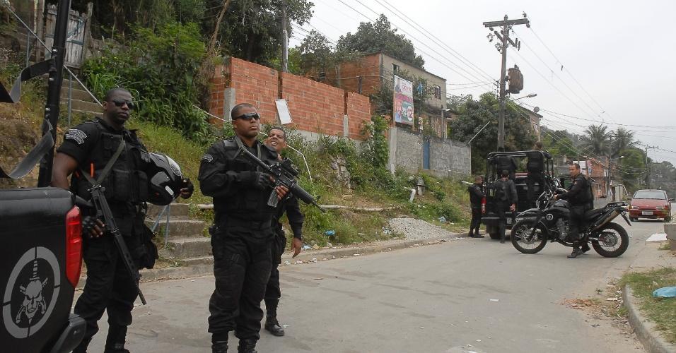 12.set.2012 - Policias do Batalhão de Operações Especiais(BOPE) fazem patrulha na comunidade da Chatuba, na Baixada Fluminsense. No último fim de semana seis jovens foram mortos por traficantes