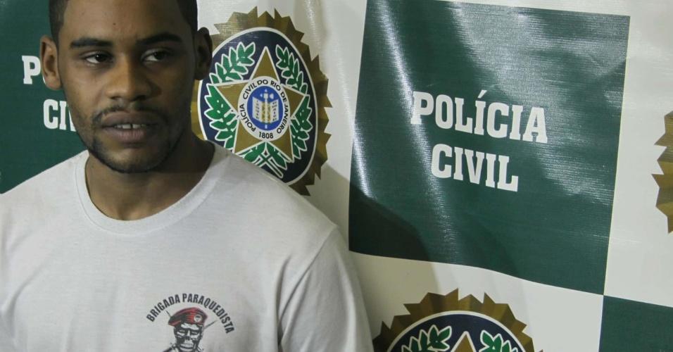 12.set.2012 - Suspeito de participar da morte de seis jovens em Mesquita (RJ), na Baixada Fluminense, é apresentado na delegacia de Mesquita (53ª DP) na tarde desta quarta (12)