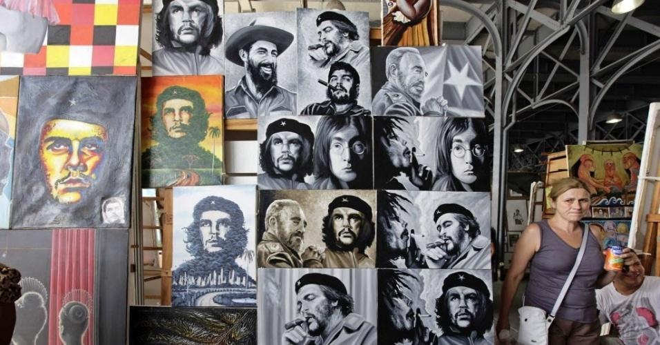 12.set.2012 - Turista caminha por feira artesanal em Havana, Cuba, nesta quarta-feira