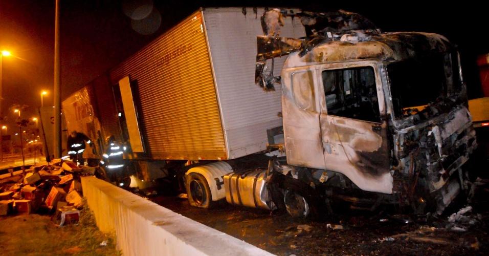 12.set.2012 - Um caminhão pegou fogo na madrugada desta quarta-feira (12), na marginal Tietê, sentido Castello Branco, na altura da ponte Julio de Mesquita Neto em São Paulo