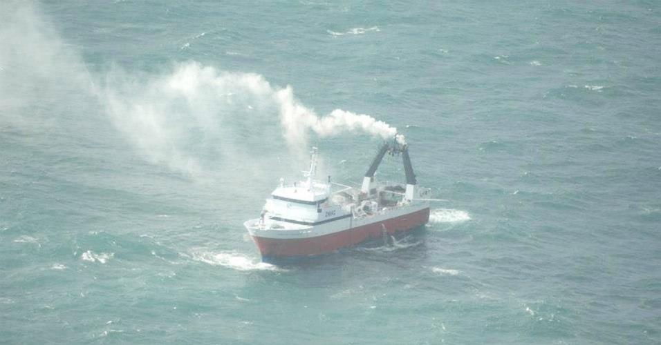 12.set.2012 - Um incêndio atinge a embarcação Amaltal Columbia nesta quarta-feira (12), com 43 pessoas a bordo, na costa de Canterbury, na Nova Zelândia. O barco pediu ajuda e os tripulantes foram transportados em um barco pesqueiro