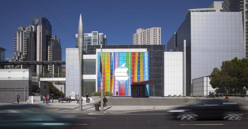 9.set.2012 - Fachada do Yerba Buena Center, na Califórnia, com o logotipo da Apple. A empresa marcou um evento para o dia 12 de setembro para apresentar a nova linha de produtos da marca. O mais esperado é a sexta geração do iPhone