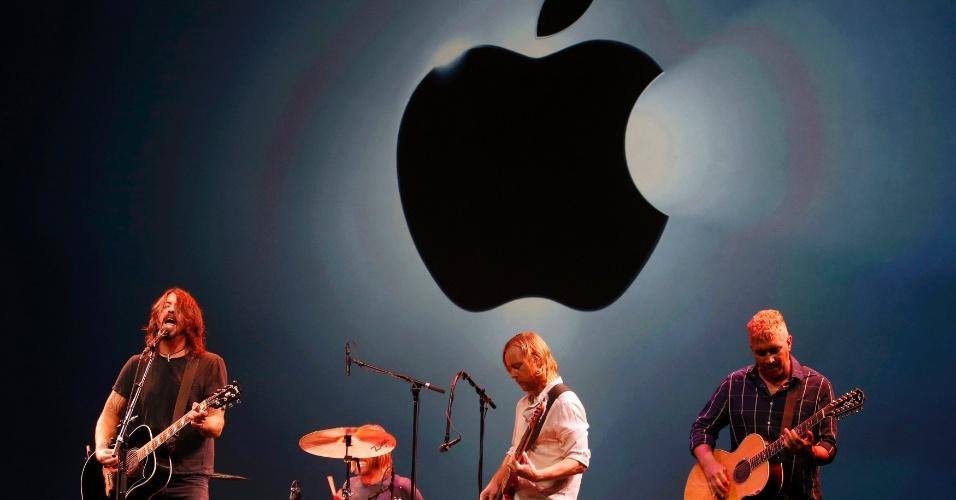 Banda Foo Fighters se apresenta durante evento da Apple na Califórnia, Estados Unidos