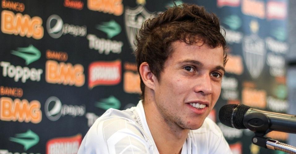 Bernard, do Atlético-MG, concede entrevista na Cidade do Galo (11/9/2012)