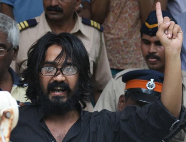 Cartunista Aseem Trivedi gesticula em corte indiana após ser detido por denunciar corrupção - AFP