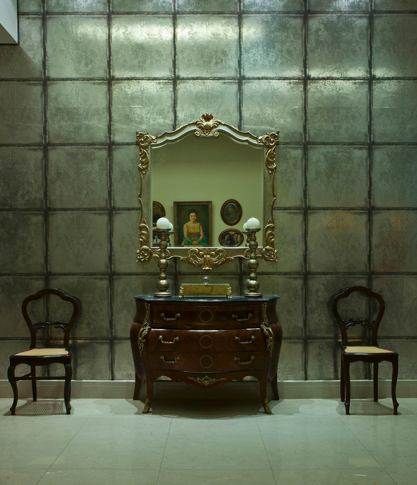 Casa Cor MT - 2012: uma das paredes do Living, projetado pela designer de interiores Neila Curvo, ganha em sofisticação com a paginação metálica em placas com gravações
