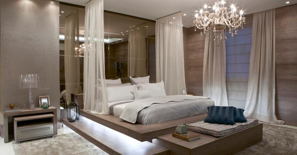 Casa Cor MT - 2012: o Quarto do Casal, assinado pelas arquitetas Jennifer Figueiredo e Lucia Galvão, tem parede com aspecto texturizado aliada a um grande painel de espelhos e outro com acabamento em madeira
