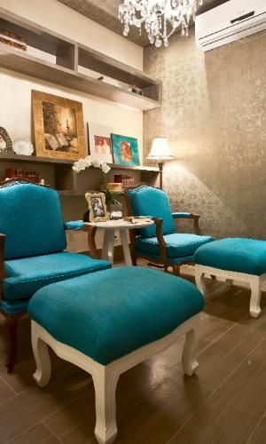 Casa Cor MT - 2012: o Quarto da Melhor Idade, planejado pelas designers de interiores Gláucia Lôbo, Ludmilla Dantas e Silvana Lobo, tem sofisticados papéis de parede com arabescos metalizados
