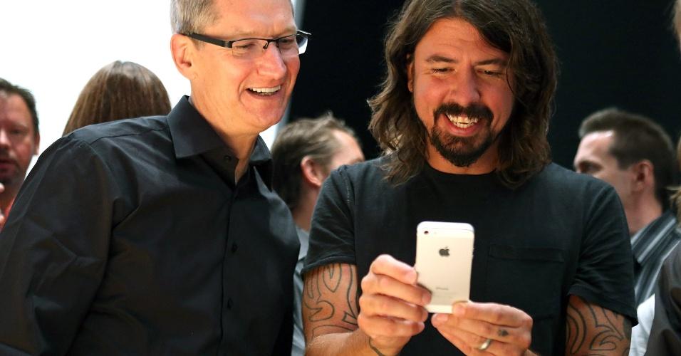 CEO da Apple, Tim Cook (esq.), ao lado do vocalista do Foo Fighters, Dave Grohl. O grupo de rock se apresentou no evento de lançamento do iPhone nos EUA
