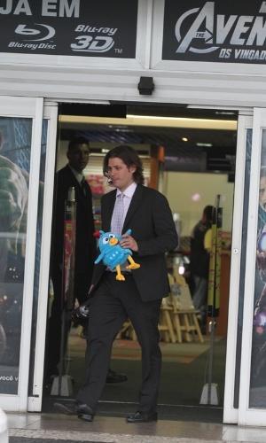 Dado Dolabella sai de um loja carregando uma galinha de pelúcia depois de ser absolvido da acusação de agredir o filho João Valentino. O processo movido por Fabiana Vasconcelos, ex-mulher de Dado, foi arquivado por