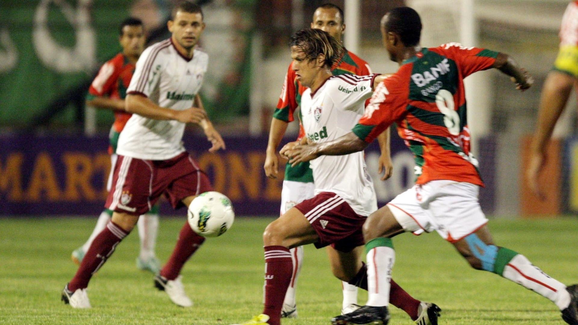 Diguinho, do Fluminense, é marcado por Léo Silva, volante da Portuguesa, em jogo no Canindé