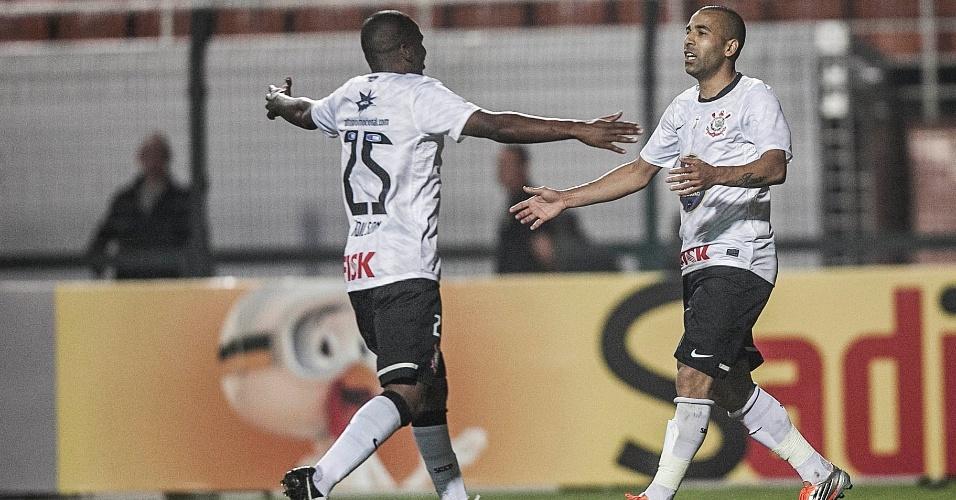 Emerson Sheik é abraçado por Adilson na comemoração do gol de empate do Corinthians contra a Ponte