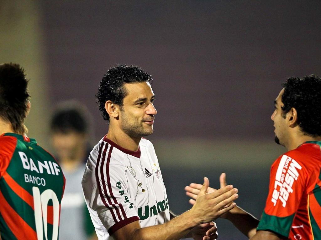 Fred cumprimenta jogador da Portuguesa antes de partida realizada no Canindé