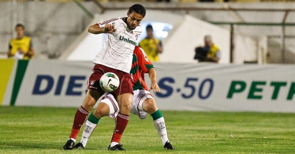 Fred se escora em marcador da Portuguesa e tenta jogada ofensiva para o Fluminense, no Canindé